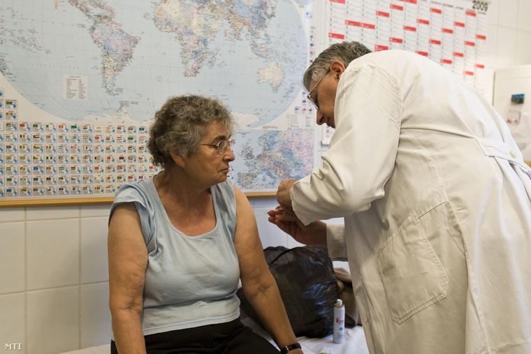 Falus Ferenc H1N1 elleni védőoltást ad be az ANTSZ regionális intézetében (2009.)