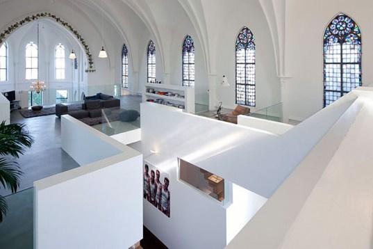 A rengeteg gyönyörű ólomüveg ablakkal rendelkező, nyitott terű épületet később a Zecc Építésziroda újította fel magánlakásnak, a munka során pedig jól láthatóan igyekeztek megőrizni az épület történelmi homlokzatát.