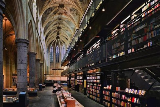"""A Hollandiában található 13. századi domonkos templomot a Merkx + Girod Studio alakította át könyvesbolttá, ami annyira jól sikerült, hogy a Selexyz Dominicanan néven futó üzletet a The Guardian a """"Világ legjobb könyvesboltjának"""" nevezte 2008-ban."""