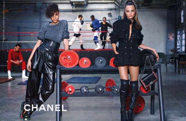 """A 21 éves modellt tavaly baglyokkal fotózta a Mulberry, idén pedig Karl Lagerfeld kamerája előtt pózolhatott a Chanel """"városias sportos hangulatot"""" népszerűsítő kampányában."""