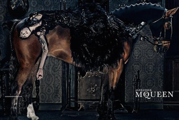 A tavasszal a Mulberry kampányolt fehér lóval, idén pedig az Alexander McQueen és a Lanvin kreatívosai láttak fantáziát a jól fotózható állatban.