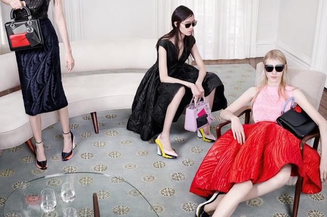 A klipben látható modellek, Julia Nobis, Fei Fei Sun, Helena Severin és Kasia Jujeczka egy, a múlt század közepének stílusában berendezett lakásban, kinyújtott lábakkal várakoznak valamire,a beállításnak köszönhetően pedig azonnal a szoborszerű cipőkre irányul a néző tekintete.
