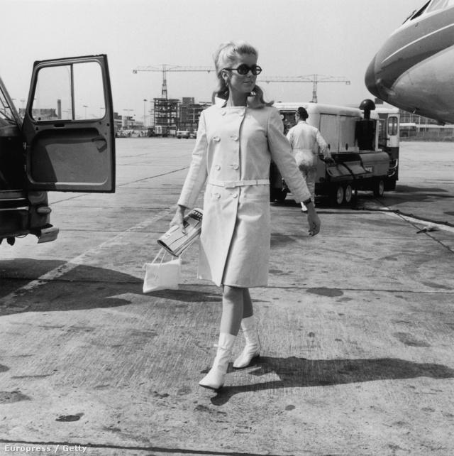 Catherine Deneuve pedig egy André Courreges féle fehér kabátban és ahhoz passzoló csatos csizmában indult a reptérre 1965-ben.