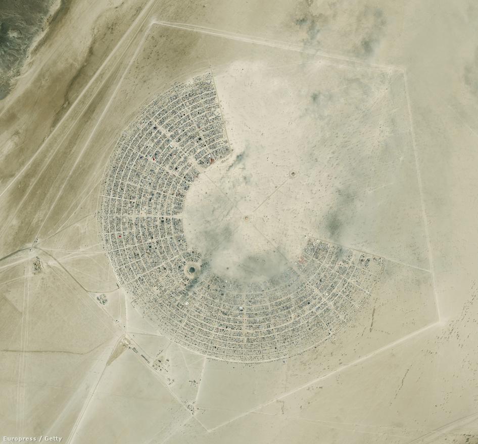 Black Rock City, a Burning Man-nek otthont adó fesztiválváros, amit a fesztiválozók bővítenek évről évre.