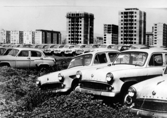 Nem roncstelep - a Merkur korai időszakában jobb híján így tárolták az átadásra váró autókat