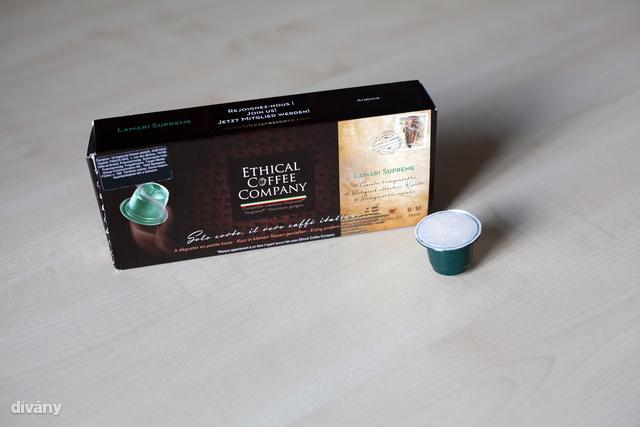 A Pápua Új-Guinea vidékéről származó Grand Cru kávékülönlegesség egy kivételes bepillantás a regionális hagyományokba, a maga intenzív és szofisztikált ízével. Lamari falu szívében, az 1,800 m magasság feletti fennsíkokon nő, elbűvölő és gyengéden fűszeres jegyekkel a friss dió ízének érintésével. Gyümölcsös és virágos ízekkel, energikus és mély, hosszan érezhető utóhatást ígér ez a nagyszerű kávé.