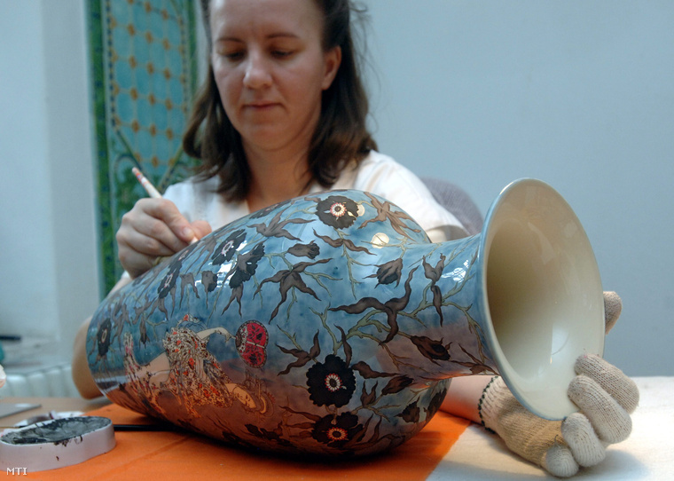 Vázát festenek a Zsolnay Porcelánmanufaktúra műhelyében