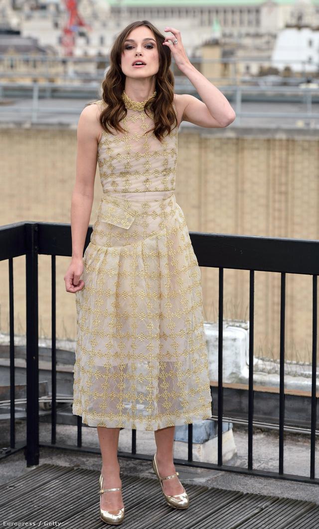 Az esküvői ruháját többször elsütő angol színésznőért csak úgy kapkodnak a divatházak kreatív igazgatói a Chaneltől a Valentinóig. A 29 éves Knightleyn mégsem akadt meg a Vanity Fair egyik szerkesztőjének sem a szeme a szezonban.