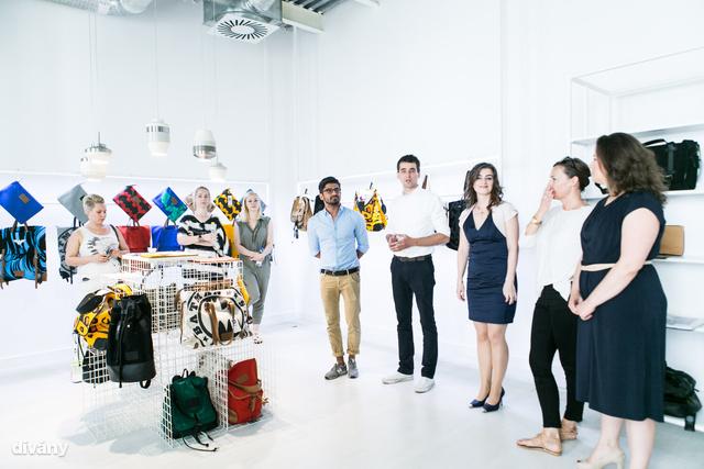 A tervezők mellett a Warner hazai képviselői is jelen voltak a táskák bemutatásakor.
