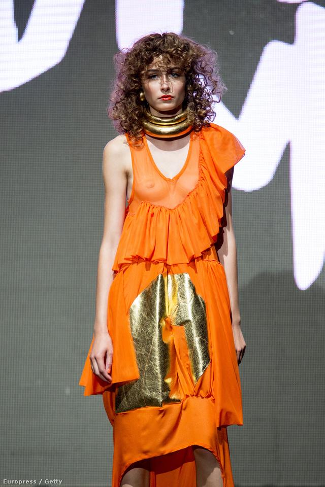 Mellbimbó villantás narancssárgában  Nicholas Nybro kifutóján.