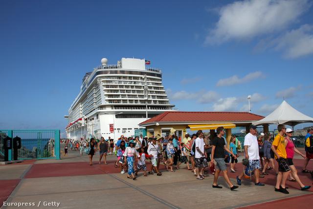 Óceánjáró hajó köt ki a Szent Márton-szigeten a Karib-tengeren