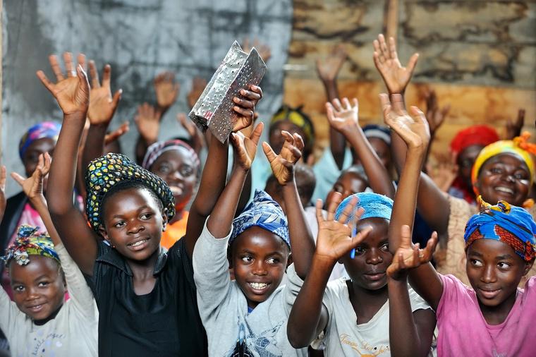 A gyerekeket pici koruktól keresztény oktatásban részesitik