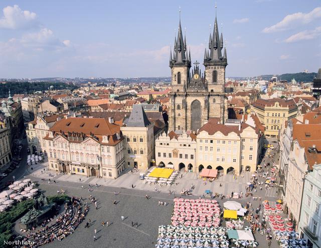 A prágai Óváros térről indulnak az ingyenes túrák