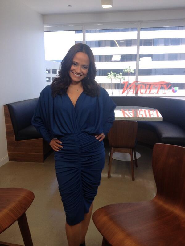 Judy Reyes kék Abodi Dóra ruhában