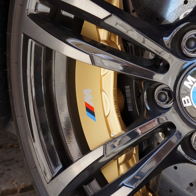 If I had to single out one item from this engineering perfection that would definitely be the carbon-ceramic brakes, with a 400/380 mm disc and six-/four-pot callipers in the front and the back, respectively. These qualify as a holy f#ck grade option.