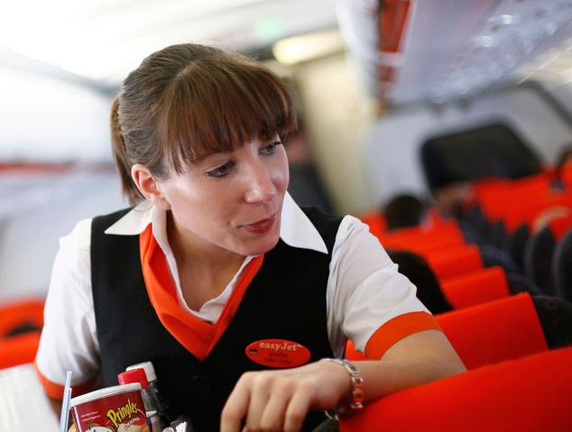 Stewardess az easyJet fedélzetén