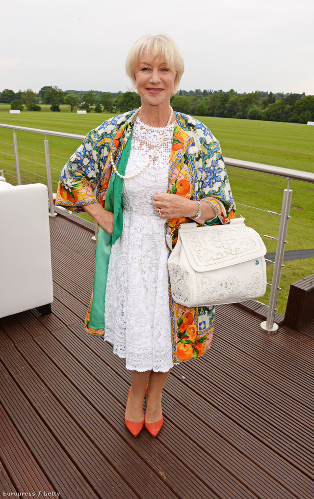 A mindig csinos Helen Mirren egy, a ruhához hasonló fehér táskát, gyöngy nyakláncot, virágmintás átmeneti kabátot és lazac színű hegyes orrú cipőt passzintott ruhájához.