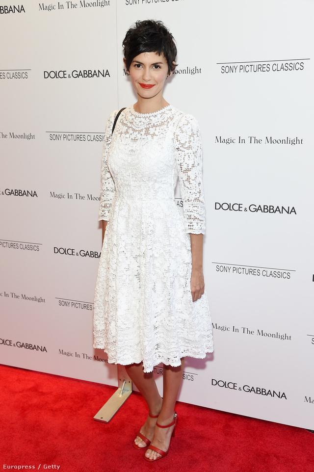 Audrey Tautou egy piros színű szandállal és ahhoz színben passzoló rúzzsal egészítette ki a Dolce & Gabbana ruhakölteményét.