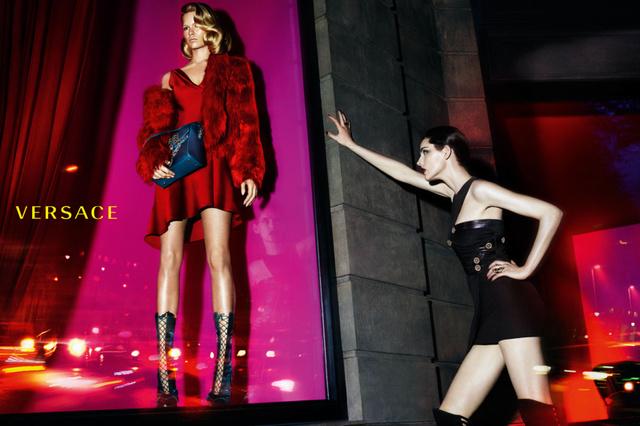 """"""" Az új kampánnyal szerettem volna kifejezni a Versace erejét és szabadságát. A modellek pedig az erőt és az érzékiséget testesítik meg a képeken. """" – magyarázta koncepcióját Donatella Versace."""