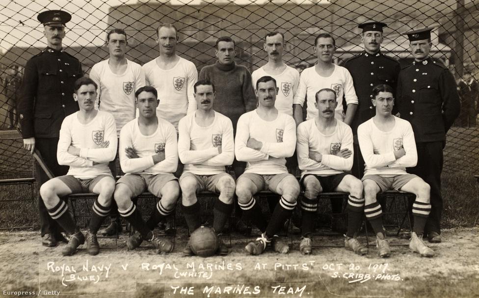 A briteknél 1916-ig nem volt kötelező hadviselés, és senkit nem soroztak be akarata ellenére, de az iparosodás korának első háborújának hatalmas emberigénye volt, így 1916 márciusában bevezették a hadkötelezettséget, ami alól csak orvosi indokkal lehetett felmentést kérni, illetve akkor, ha valaki házas volt, esetleg özvegyként nevelt gyermeket. A 18 és 41 éves kor közötti férfi lakosság távozásával sportolók is kerültek a frontra, köztük labdarúgókkal is. Így alakult meg a Middlesex ezred 17. hadtápzászlóalja, amiben csak futballisták szerepeltek.