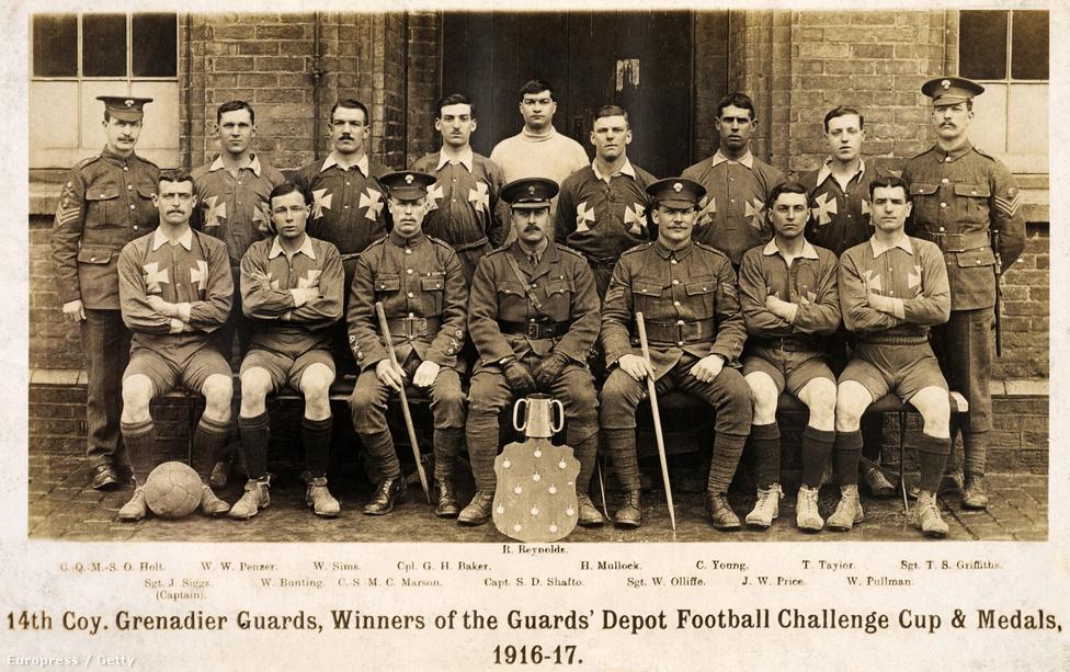 A képen ugyan futballistákat látunk (gránátosok, egy nyertes ezredközi meccs után), de az I. világháború nemcsak a focistákról szólt - az általános hadkötelezettség minden sportolóra érvényes volt. Ronnie Poulton-Palmer, az angol rögbiválogatott kapitánya, aki egy 1914-es, Franciaország elleni meccsen tarthatatlannak bizonyult, az elsők között lépett be a seregbe - önként. 1915 május 5-én vesztette életét. A háború végéig 56 angol és skót rögbijátékos halt meg a hadszintéren. A négyszeres wimbledoni bajnok Tony Wilding szintén 1915-ben esett el, a 400 méteres gátfutás világrekordját 1912-ben felállító Gerard Anderson pedig 1914 novemberben veszett oda.