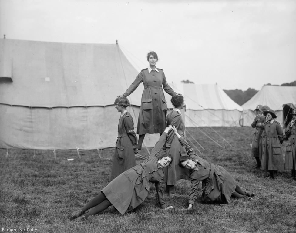 A nők természetesen nem rövidgatyában, hanem szoknyában futballoztak, és míg az első meccseket a férfias keménységhez és gondosan waxolt bajszokhoz szokott közönség illően hűvösen fogadta, a női csapatok hamar bebizonyították, hogy komolyan kell venni őket. Nem egy meccset 40 000-nél is több szurkoló izgult végig, az 1920-as karácsonyi rangadót, amin a St Helens Ladies és a Dick, Kerr Ladies játszott a liverpooli Goodison Parkban 53 000 szirkoló őrjöngte végig. Utóbbi csapatában játszott minden idők legeredményesebb angol futballistája (női vagy férfi, mindegy), Lily Parr, aki 31 éves karrierje alatt több mint ezer gólt szerzett.