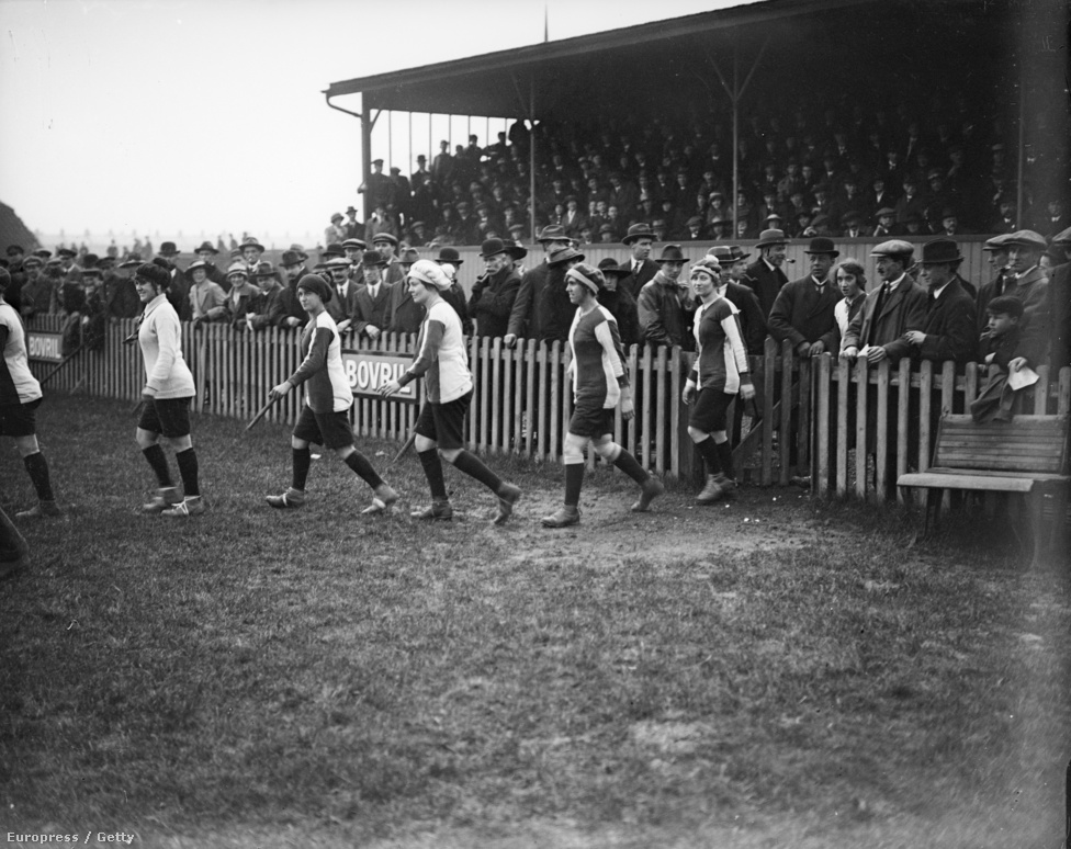 A férfiak a fronton, a nők a hadiüzemekben, a stadionokban csak nem hivatalos meccsek, és nem is a profik szereplésével - nem volt jó futballrajongónak lenni (sem) a háború évei alatt. Ez viszont a női foci első áttörése: A gyárakban dolgozó több mint 900 000 nő között ún. életmódtanácsadó tisztek dolgoztak, akinek az volt a feladatuk, hogy a nőket valamiféle szabadidős tevékenységre sarkallják. A futball kézenfekvő volt, így alakultak meg az olyan lőszergyári csapatok, mint a prestoni Dick, Kerr's Ladies FC, amit 1917-ben alapítottak. Meccseiket telt ház előtt játszották, és ez így volt egészen 1921-ig, amikor is a hímsoviniszta angol szövetség betiltotta a női labdarúgást az országban.
