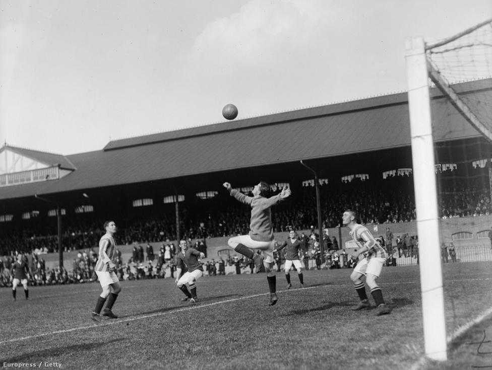 """A labdarúgók, amatőrök és profik azonban nemcsak fociztak a fronton, hanem harcoltak is, sokan közülük kitüntetést kaptak bátorságukért és hősiességükért. A focista zászlóaljból 23-an vesztették életüket. Ketten közülük, Richard McFadden és William Jonas 1916 júliusában. A Clapton Orient (később átnevezték Leyton Orientre) két játékosát évtizedes barátság kötötte össze, és együtt jelentkeztek önként a hadseregbe, amikor kitört a világháború. A futballista zászlóaljban is együtt szolgáltak, bár McFaddenből altiszt lett. A végzetes júliusi napon Jonas egy levelet adott át McFaddennek, hogy majd olvassa fel a feleségének, ha hazamegy, majd amikor rohamra indult a németek ellen, egy fejlövés végzett vele. McFadden a lövészárokban még mindezt le tudta jegyezni a saját feleségének írt levelébe (""""Legjobb barátommal a szemem előtt végzett egy golyó""""), majd nem sokkal később ő is meghalt. A két levelet a klub szurkolói a stadionban olvasták fel a háború végét követően. így emlékeztek meg hőseikre."""