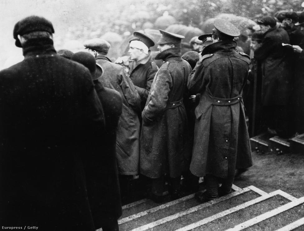 A sorkötelezettség bevezetése előtti utolsó bajnoki idényben, 1915-ben került sor a háborús évek alatti utolsó FA-kupadöntőre is. A meccset 49 557 néző előtt játszották 1915 április 29-én, Manchesterben, és a Sheffield United csapata simán nyerte, miután három gólt rúgtak a Chelsea-nek, és egyet sem kaptak. A mérkőzésen külön szektort biztosítottak a háborúból hazatérő sebesült veteránoknak. Az idény végén a szövetség bejelentette, hogy határozatlan időre felfüggesztik az angol labdarúgó bajnokságokat, és 1919-ig nem rendeztek hivatalos bajnoki meccseket.