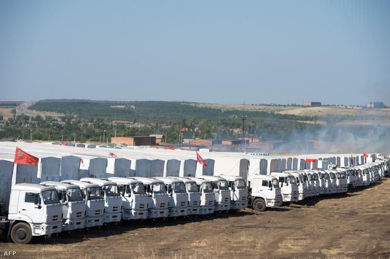 A titokzatos orosz konvoj parkol egy mezőn, 30km-re az orosz-ukrán határtól (augusztus 15.)