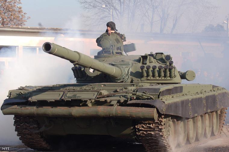 Egy T-72 tank bemutatója a Zrínyi Miklós Nemzetvédelmi Egyetem nyílt napján. (2009.)