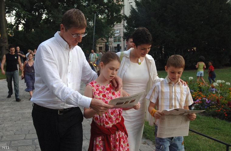 Gyurcsány Ferenc és felesége gyermekeikkel, Annával és Tamással a Nemzeti Múzeum kertjében, 2007-ben.