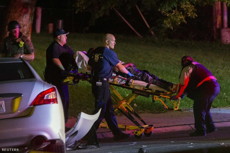 Egy férfi autóbalesetben sérült meg tegnap a tüntetések közben. Őt szállítják el a rendőrök a képen az összecsapás helyszínéről.