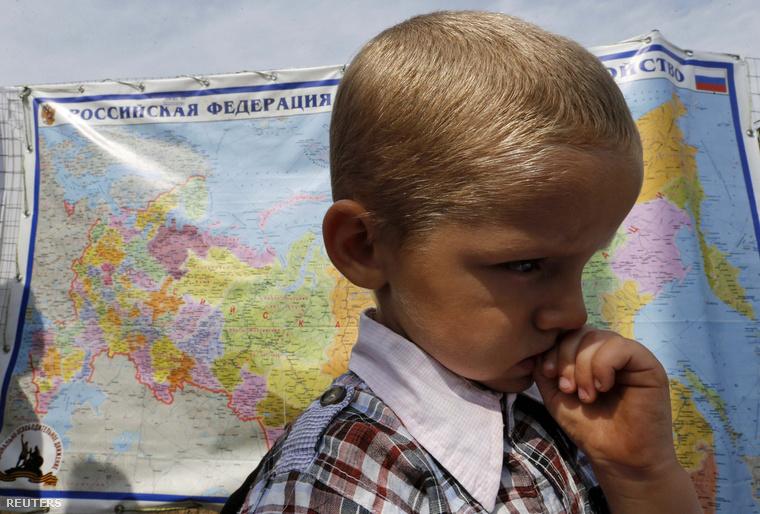 A kelet-ukrán szakadár államból menekült kisfiú átmenetei szállásán Oroszországban
