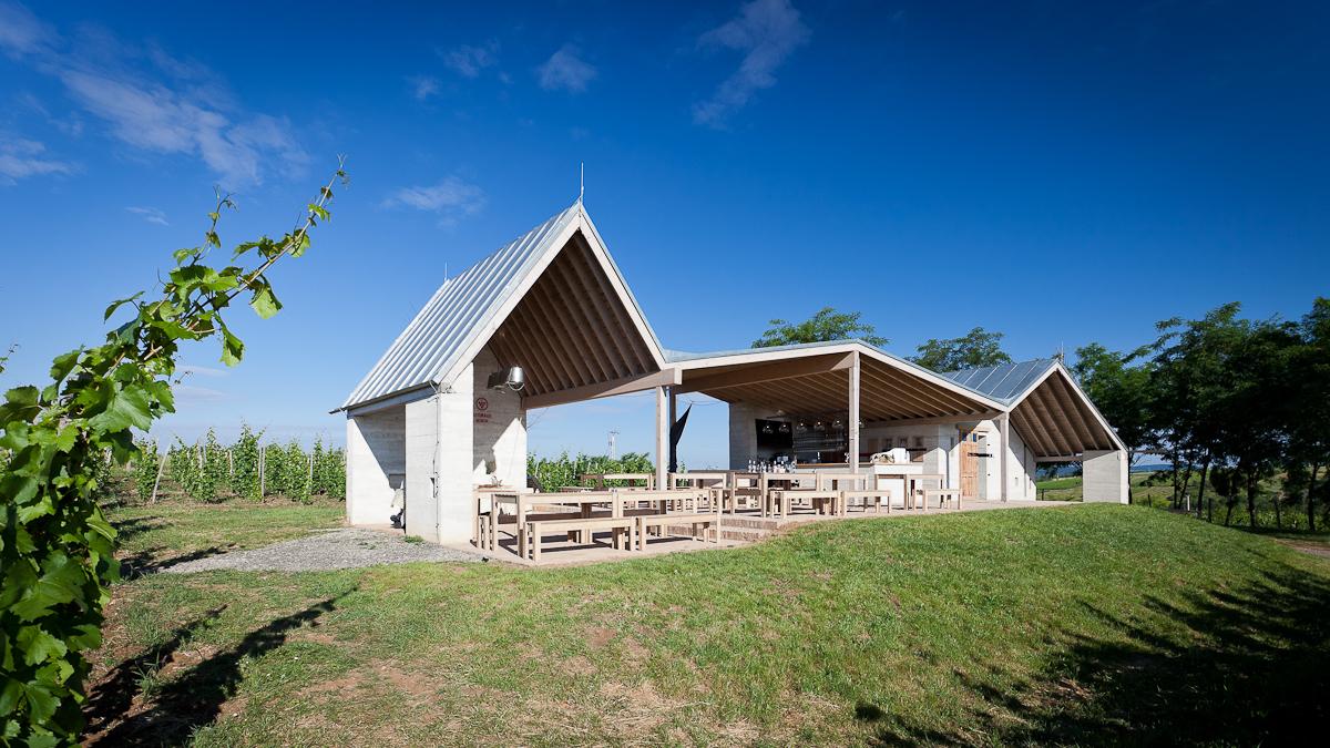 Egy festői környezetben elhelyezkedő hazai birtokközpontról és borteraszról számol be a dezeen.com oldala.