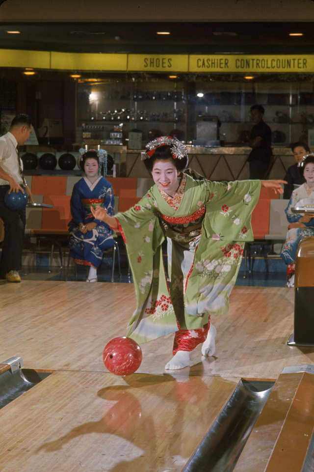 """Gondolta volna, hogy bowlingozni is lehet kimonóbab? A képen egy """"gésagyakornok"""" látható, és a fotó 1964-ben készült Kiotóban."""