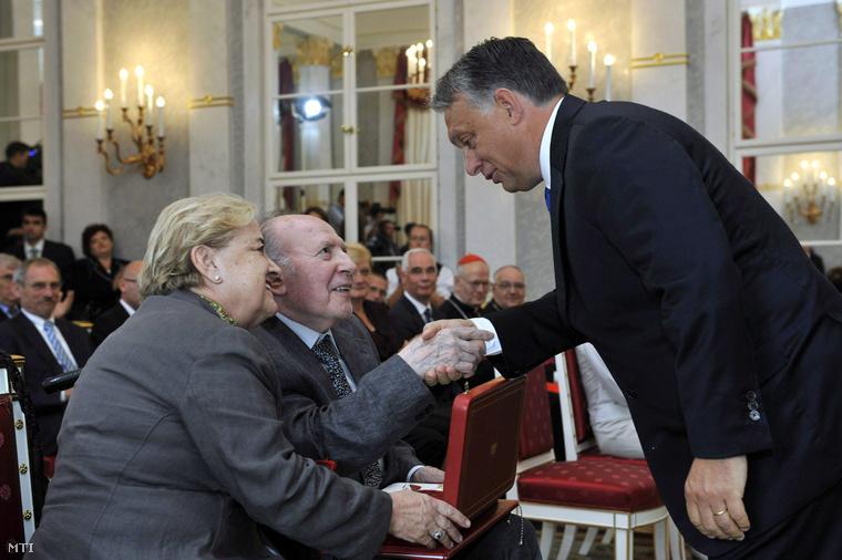 Orbán Viktor gratulál Kertész Imrének a Szent István Rend átadásán