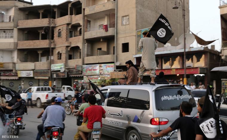 Isil zászlót lengető felkelő az iraki Rakka városban