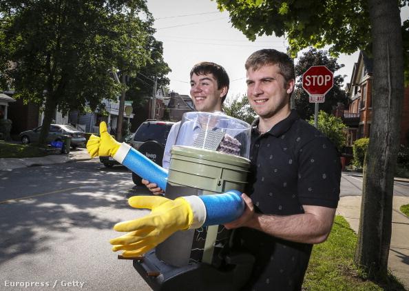 Colin Gagich és Dominik Kaukinen, a kanadai egyetem diákjai, akik másokkal együtt kifejlesztették a stoppoló robotot