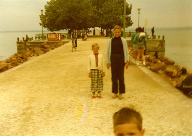 Michal Solarski kockás nadrágban nővérével áll valamelyik balatoni mólón - az egyetlen balatoni kép a családi albumban
