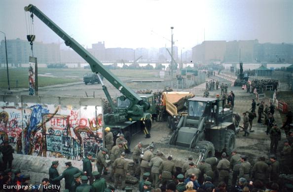 Bontják a berlini falat 1989 november 9-én