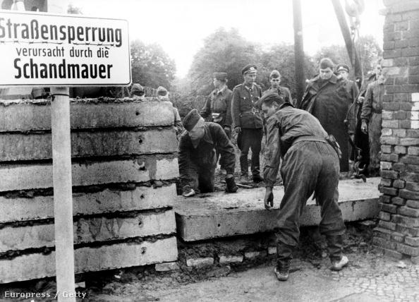 A Volkspolizei építeni kezdi a berlini falat a Bernauer Strassénál 1961. augusztus 21-én