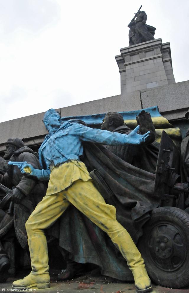 Ukrán nemzeti színeket kapott a katona Szófiában.