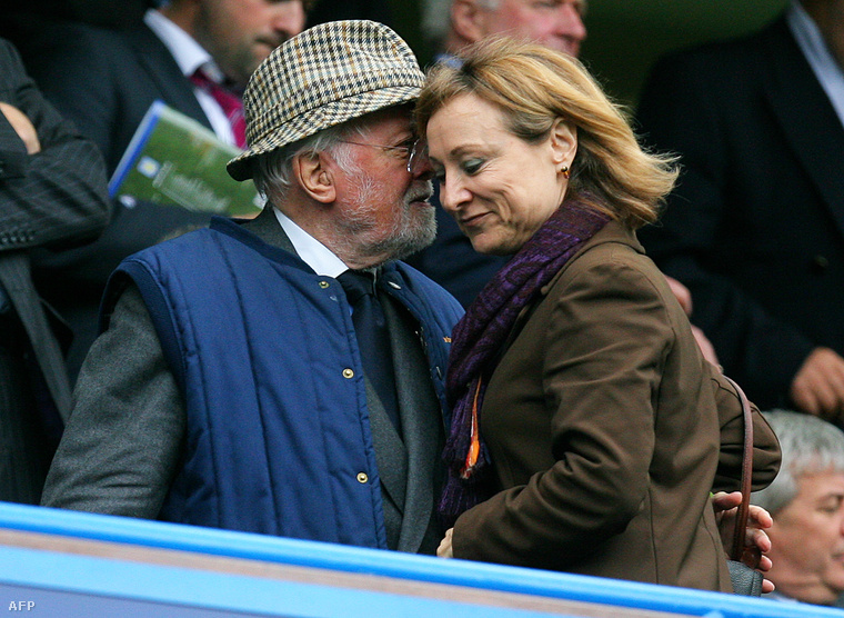 Attenborough egy ismeretlen nővel egy Chelsea-meccsen