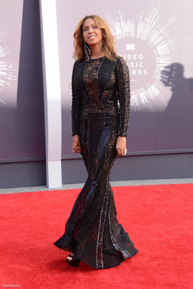 Beyoncé sellőuszályos estélyije határeset, hirtelen nem is tudjuk, hogy tetszik-e vagy sem ez a Nicolas Jebran Couture ruha.