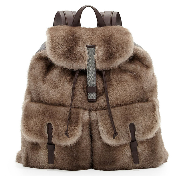 Brunello Cucinelli szőrme hátizsákjáért 1,8 millió forintot kérnek.