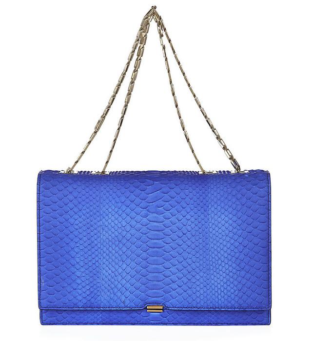 Victoria Beckham 2,3 millió forintot kér egy pitonból készült királykék táskáért.