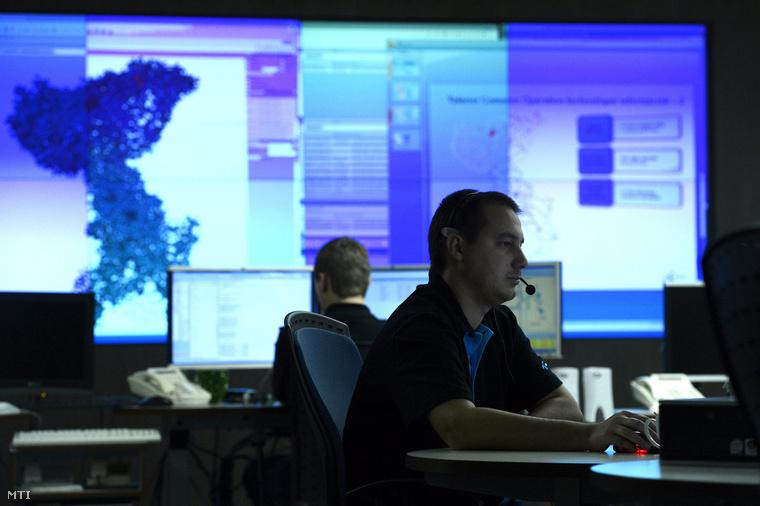 Szakemberek dolgoznak a Telenor Magyarország Zrt. törökbálinti székhelyén