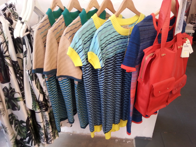 Kele ruhák és Tomcsányi szoknyák 20 ezer forintért. Pár Tomcsányi Dóri táska is kapható.