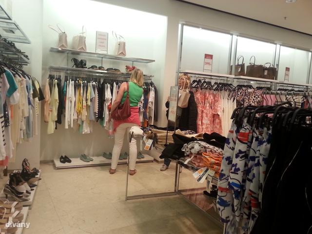 Zara: Már csak egy sarkot foglalnak el a leárazott ruhák és kiegészítők a négyemeletes Váci utcai üzletben.